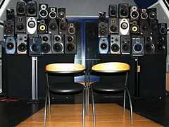 Найди на картинке два правильных звуковых монитора